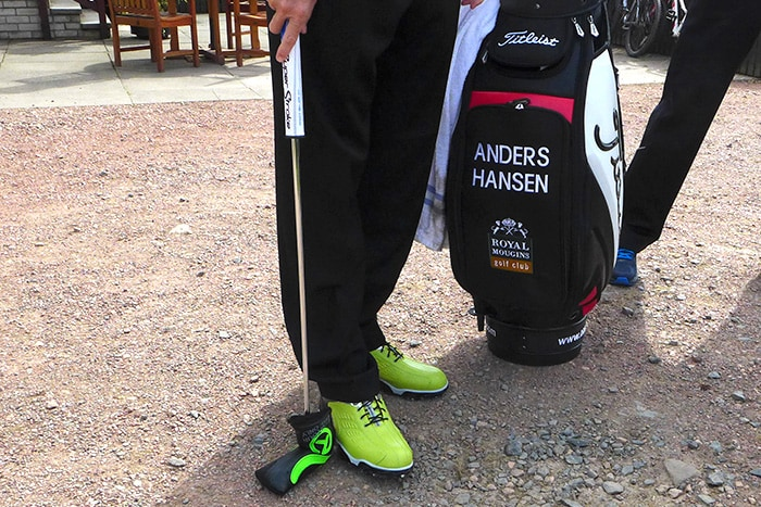 Anders Hansen trying to match shoe with Scotty...